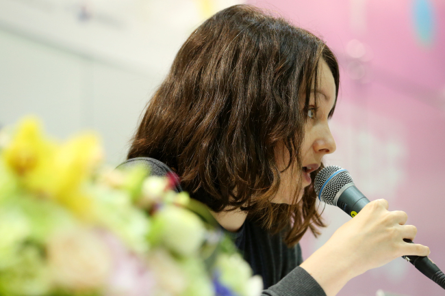Translator Deborah Smith speaks about the globalization of Korean literature at the Seoul International Book Fair at the Coex Convention Exhibition Center in southern Seoul on Sunday. (Yonhap)