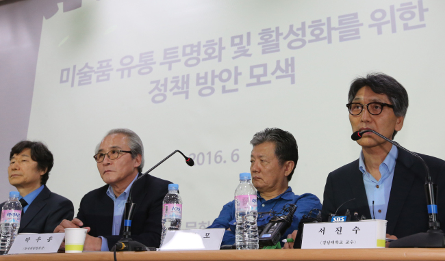 Art experts discuss ways to improve transparency in the Korean art market and art appraisal credibility at a seminar organized by the Ministry of Culture, Sports and Tourism on June 9 in Seoul. (Yonhap)