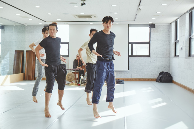 "The Korea National Contemporary Dance Company practices for ""Nativos."" (Mok Jin-woo/KNCDC)"