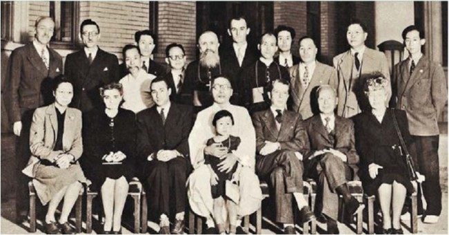 George A. Fitch (left, second row) and his wife (right, first row) attend a meeting celebrating the resignation of the French Consul at the Seould Gyeonggyojang House, Kim Gu's residence, in Jongno. (Kim Koo Museum and Library)