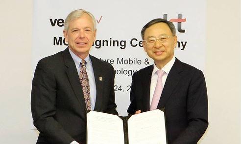 Verizon chairman Lowell McAdam(left) and KT chairman Hwang Chang-gyu. KT