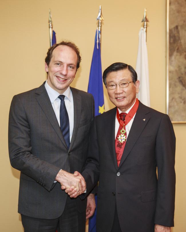 Kumho Asiana Group chairman Park Sam-koo (right) receives the Legion of Honor from French Ambassador to Korea Fabien Penone on Monday. (Kumho Asiana Group)