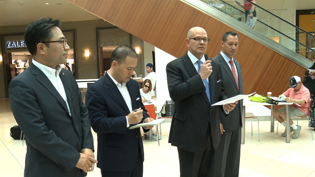 Taubman Centers chairman Robert S. Taubman (second from right), Shinsegae Property vice president Lim Young-lock (left) and UTC Mall general manager Octavio Ortiz (right) speak to reporters inside the UTC Mall in Sarasota, Florida on June 24. (Shinsegae Group)