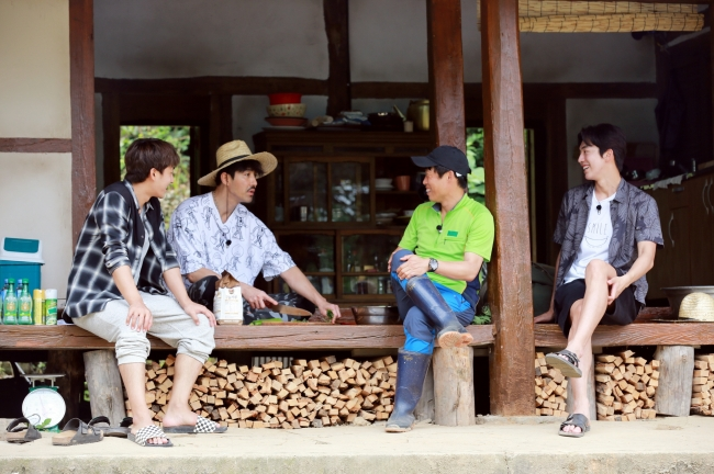 "From left: Actors Son Ho-jun, Cha Seung-won, Yu Hae-jin, and actor-model Nam Joo-hyuk star in the tvN's variety show ""Three Meals a Day -- Gochang."" (CJ E&M)"