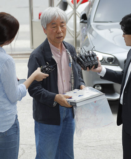 Artist Lee U-fan talks to reporters at the Seoul Metropolitan Police Agency on Wednesday. (Yonhap)