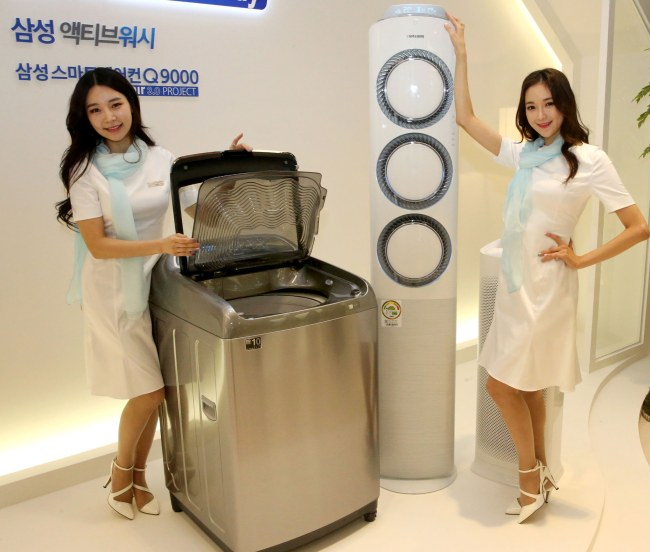 Models pose with Samsung Electronics' washer and air conditioner. / Samsung