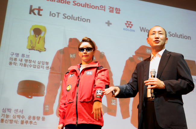 Oh Sung-mok, vice president of KT's network division, introduces a new IoT-based life jacket jointly developed by KT and Kolon Industries at a ceremony in Seoul on Tuesday to introduce KT technologies aimed at improving maritime safety. (KT)
