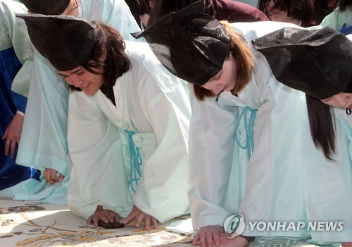 Foreign students take part in an event reenacting a confucian ceremony in Daejeon. (Yonhap)