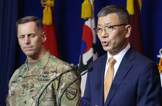 South Korea's Deputy Defense Minister Yoo Jeh-seung (right) speaks at a news conference on Friday at the ministry headquarters as U.S. Forces Korea Chief of Staff and Eighth Army Commander Lt. Gen. Thomas Vandal looks on. (Yonhap)