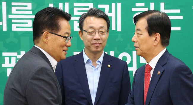 Defense Minister Han Min-koo (right) shakes hands with People`s Party interim leader Rep. Park Jie-won (left) during their meeting at the National Assembly on Friday. (Yonhap)