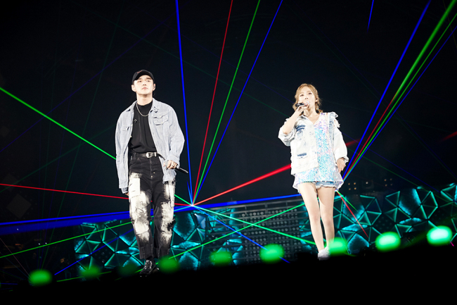 "Taeyeon (right) performs ""Starlight"" with singer-songwriter Dean. (SM Entertainment)"