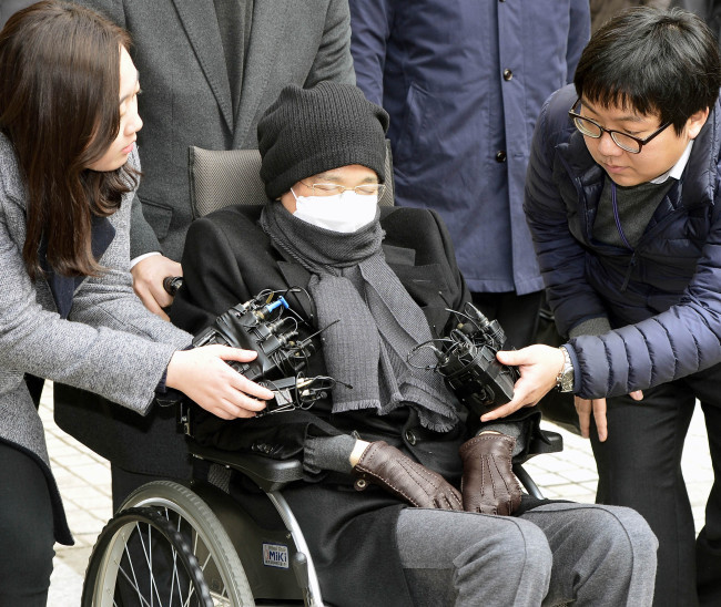 CJ Group Lee Jay-hyun is surrounded by reporters outside the courthouse in 2015.
