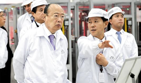 Hanwha Group chairman Kim Seung-youn looks around Hanwha Q CELLS'facility. Kim is currently on a suspended sentence for dereliction of duty.