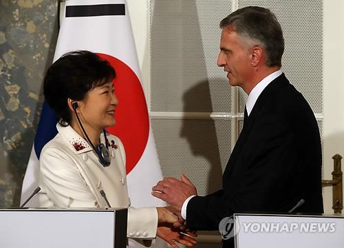 Photo shows, South Korean President Park Geun-hye (left) shakes hands with Swiss President Didier Burkhalter after a joint press conference in Bern on Jan. 20, 2014. (Yonhap)