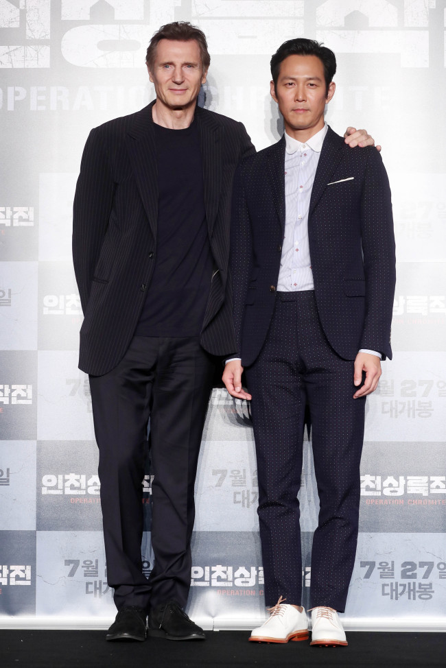 """Liam Neeson (left) and Lee Jung-jae pose for photos at a press conference for the film """"Operation Chromite"""" in eastern Seoul on Wednesday. (Yonhap)"""