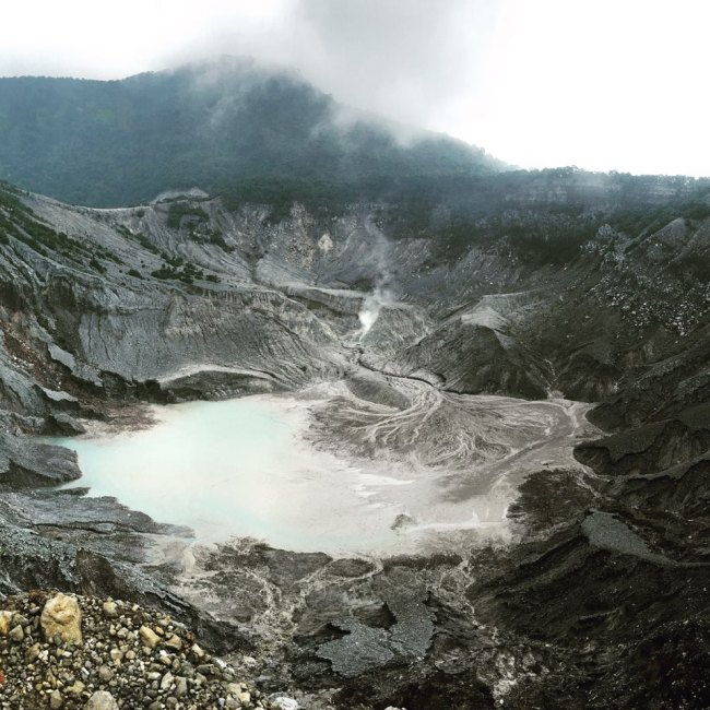 The crater of Tangkuban Perahu, an active volcano near Indonesia's third-largest city Bandung, which sits at an altitude of 2,084 meters. (Ock Hyun-ju/The Korea Herald)