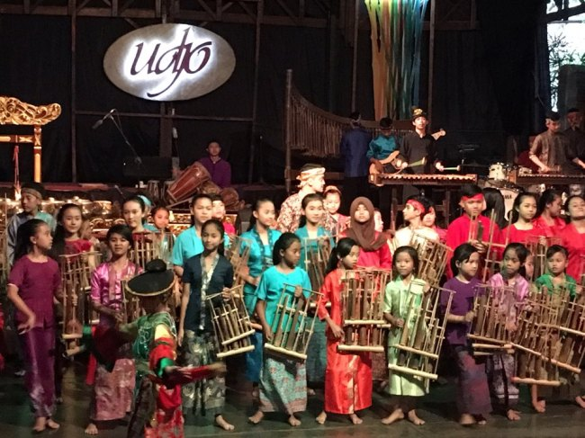 Children play Angklung, a traditional Sundanese musical instrument made of bamboo, during a two-hour performance at Saung Angklung Udjo in Bandung, Indonesia. (Ock Hyun-ju/The Korea Herald)