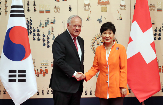 President Park Geun-hye (right) shakes hands with her Swiss counterpart Johann Schneider-Ammann before their talks at her office Cheong Wa Dae in Seoul on July 13. (Yonhap)