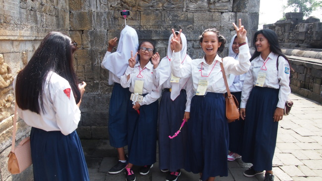 Local students pose for camera on their way up to Borobudr Temple in Yokyakarta, Indonesia. (Ock Hyun-ju/The Korea Herald)
