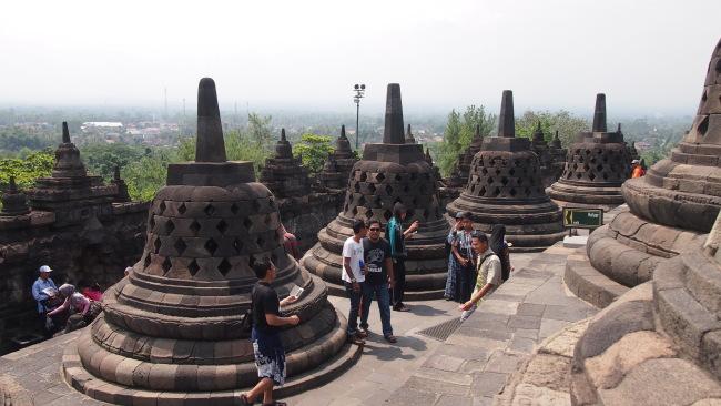 Brorobudur Temple standing against the panoramic backdrop of Menoreh mountain range. (Ock Hyun-ju/The Korea Herald)
