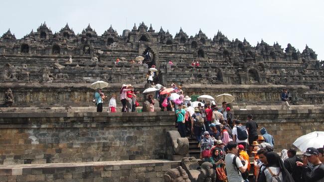 People climb up stairs to reach the top of UNESCO World Heritage-listed Borobudur Temple in Yokyakarta, Indonesia. (Ock Hyun-ju/The Korea Herald)