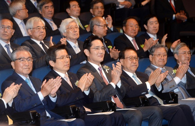 Lee Jae-yong (third from left in the front row) attends the 2016 Hoam Prize annual award ceremony on June. On his right is Prime Minister Hwang Kyo-ahn. / Samsung Group