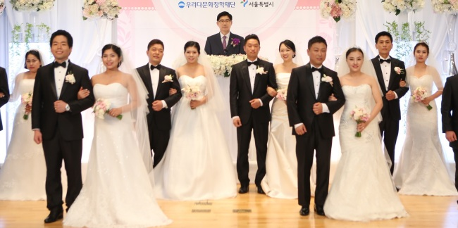 A group wedding of South Korean men and their foreign-born brides, which was jointly financed by the Seoul Metropolitan Government and the Woori Bank, held earlier in Seoul this month. (Yonhap)