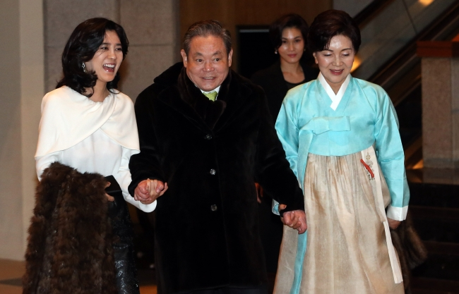 Samsung Electronics chairman Lee Kun-hee (center) with his wife Hong Ra-hee (right) and daughter Lee Boo-jin. The Investor