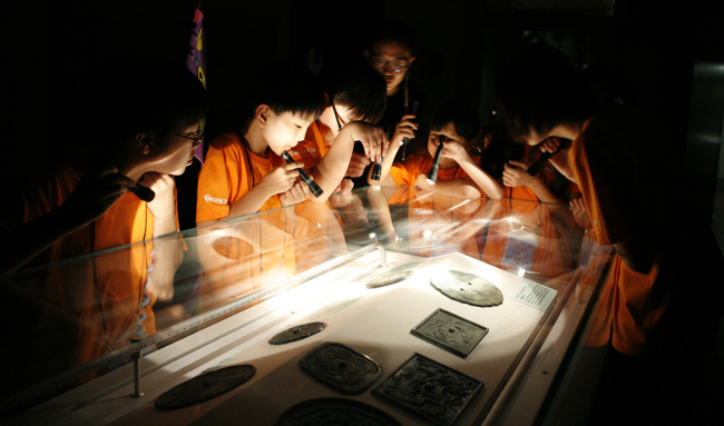 Children view exhibition displays while touring the National Museum of Korea during the program of one night and two days. (National Museum of Korea)