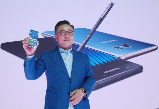 Koh Dong-jin, Samsung Electronics' mobile communications business chief, introduces the firm's new Galaxy Note 7 flagship large-sized smartphone in New York on Tuesday. Samsung Electronics