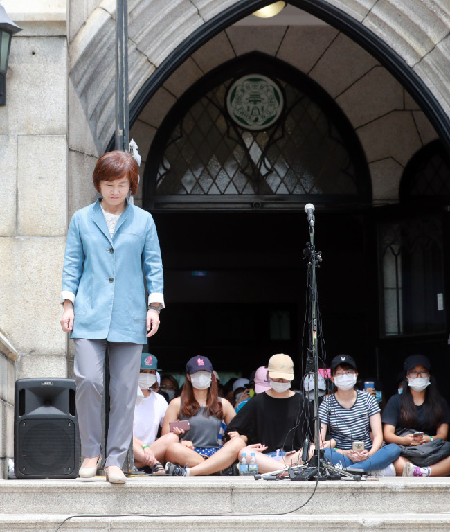Ewha Womans University dean Choi Kyung-hee visits the student protest at the campus on Wednesday. (Yonhap)