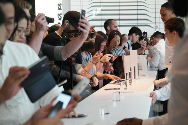 Journalists and industry officials try out Samsung Galaxy Note 7 at the launch event held in New York on Aug. 2. Samsung Electronics