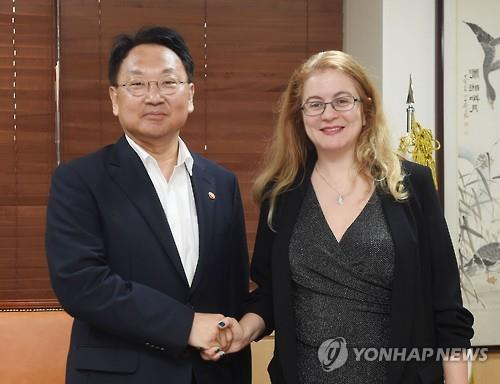 South Korea`s Finance Minister Yoo Il-ho (left) shakes hands with Hela Cheikhrouhou, the executive director of the Green Climate Fund (GCF), in Seoul on Aug. 11. (Courtesy of the Ministry of Strategy and Finance)