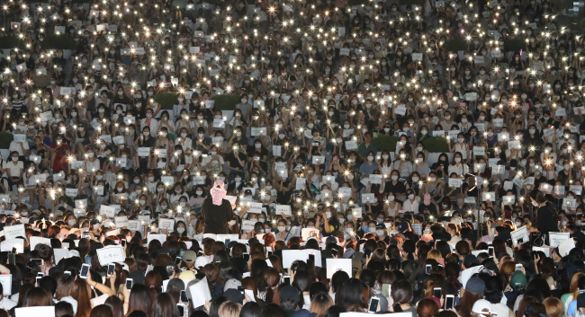 Thousands of students and graduates from Ewha Womans University stage a rally on campus Wednesday, demanding school chief Choi Kyung-hee step down. Yonhap