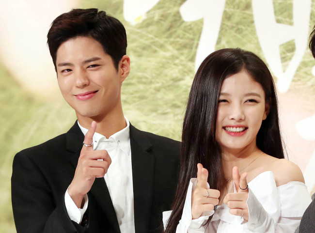 Actor Park Bo-gum and actress Kim Yoo-jung pose for a photo at a press conference on Thursday in eastern Seoul. (Yonhap)