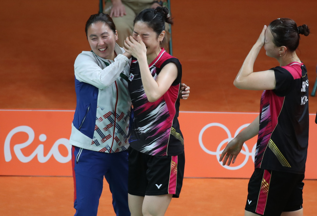 Jung Kyung-eun and Shin Seung-chan celebrate after taking bronze in women's badminton doubles at the Rio Olympics. (Yonhap)