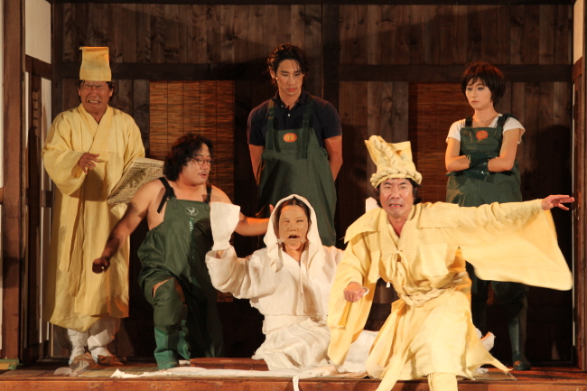 "A scene from director Lee Yoon-taek`s famed 1989 play ""Ogu – The Ritual of Death"" (Theatre Troupe Georipae)"