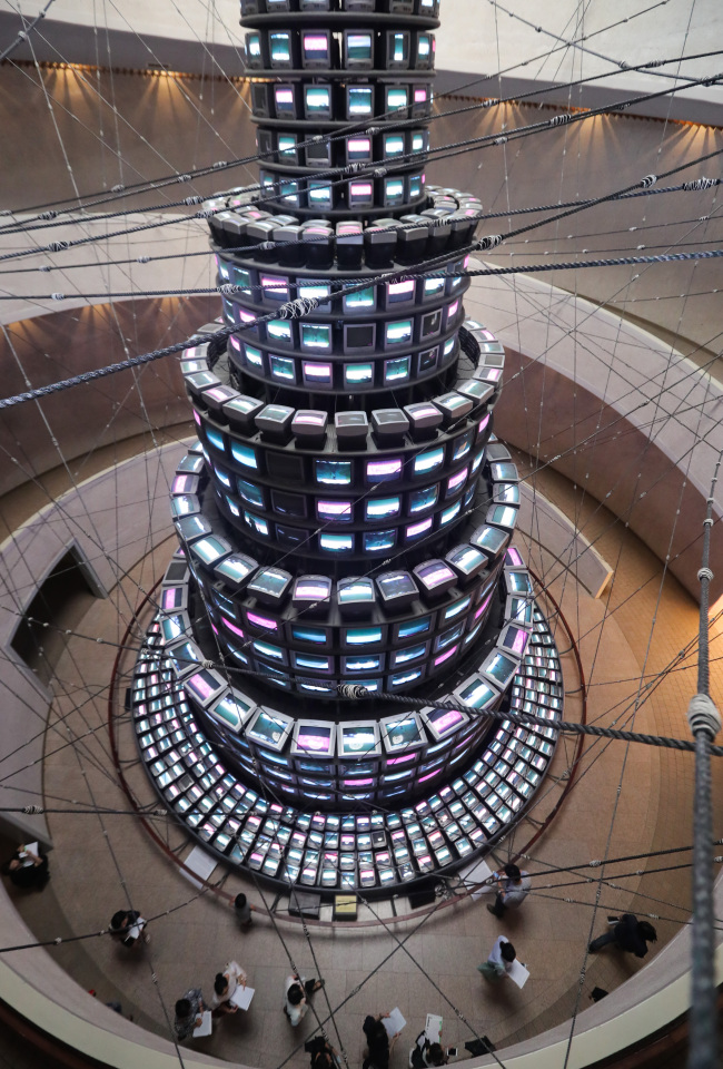 """A web of strings created by veteran avant-garde artist Lee Seung-taek surrounds Nam June Paik's video installation """"The More The Better"""" at the Gwacheon Museum of the MMCA. (Yonhap)"""