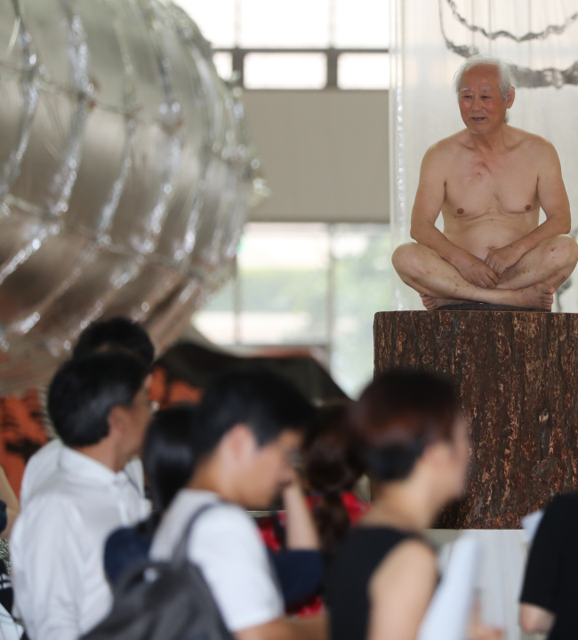 Artist Kim Ku-rim restages the performance he presented 40 years ago at the former MMCA building in Gyeongbokgung on Aug. 18 at MMCA's Gwancheon Museum (Yonhap)