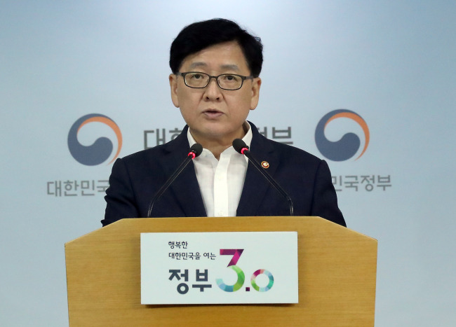 Health and Welfare Minister Chung Jin-youb speaks during a briefing at the government complex in Sejong City on Thursday. (Yonhap)