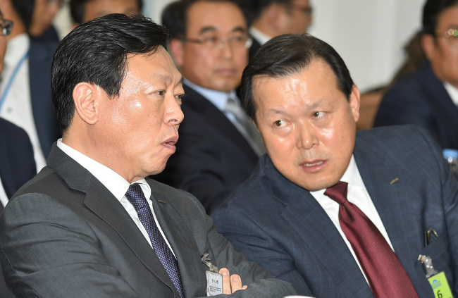 Lotte Chairman Shin Dong-bin(left) and his aid Hwang Gak-kyu. The Investor