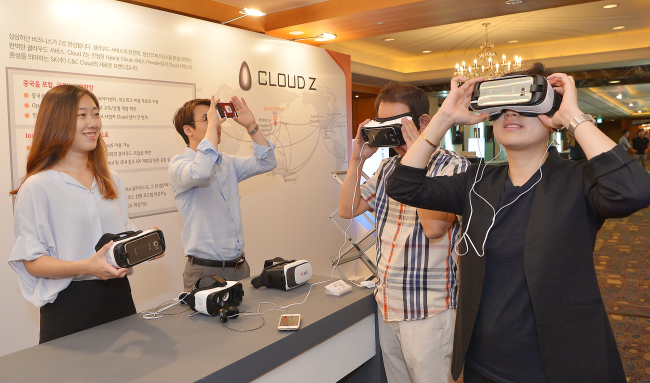 Participants try out virtual reality gear at the Cognitive Cloud Connect event jointly held by SK C&C and IBM on Aug. 25. SK Holdings C&C
