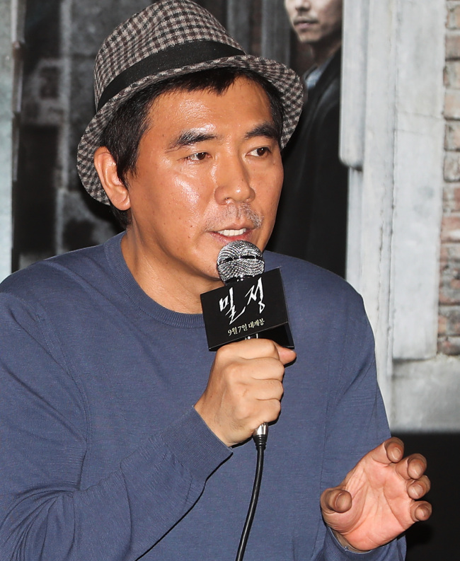 """Director Kim Jee-woon speaks to reporters at a press conference for film """"The Age of Shadows"""" in Seoul on Thursday. (Yonhap)"""