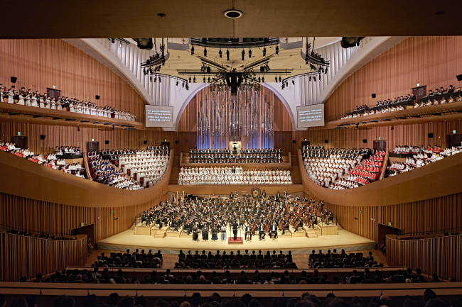 "Eight soloists and 19 choir groups perform Gustav Mahler's ""Symphony of a Thousand"" under conductor Lim Hun-joung at Lotte Concert Hall in Seoul on Thursday. (Lotte Concert Hall)"