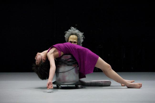 "Artist Jeong Geum-hyung performs in ""7 Ways."" (Fondation d'entreprise Hermes)"