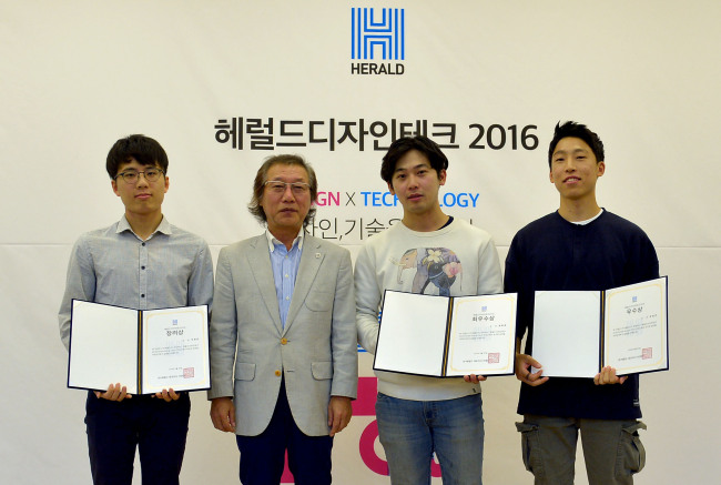 From left: The winners of Herald Design Tech 2016, Lee Jeong-min, Pyo Jun-hee and Oh Min-geun, and the CEO of Herald Corp. Lee Yong-man (second from left) pose at the award ceremony Tuesday in Seoul. (Yoon Byung-chan/The Korea Herald)