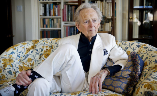 """American author and journalist Tom Wolfe Jr. appears in his living room during an interview about his latest book, """"The Kingdom of Speech,"""" in New York on July 26. (AP-Yonhap)"""