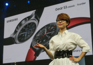 Lee Young-hee, Samsung Electronics' executive vice president of global marketing and mobile communications business, introduces the Gear S3 in Berlin on Wednesday. (Samsung Electronics)