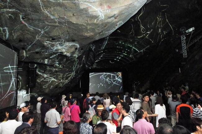 An interior look at the Gwangmyeong Cave in Gyeonggi Province and the temporary exhibition of the famed Lascaux cave paintings. (Gwangmyeong City)