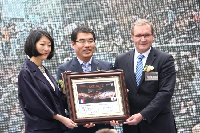 From left: Former French Culture and Communications Minister Fleur Pellerin, Gwangmyeong Mayor Yang Gi-dae and French National Assembly member Germinal Peiro pose together in celebration of the Gwangmyeong Cave Lascaux exhibition honoring the 130th anniversary of diplomatic ties between Korea and France. (Gwangmyeong City)